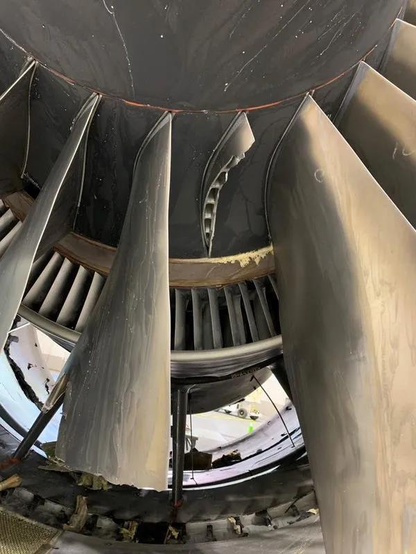 发动机两片断裂的叶片,右边为金属疲劳从根部断裂的叶片,左为被打断前端的叶片
