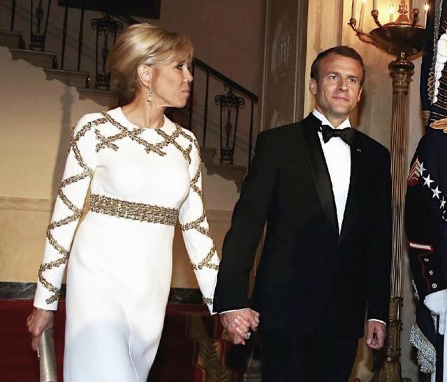 布丽吉特参加晚宴,穿V领亮片裙秀身材,下巴意外印出光斑尴尬了