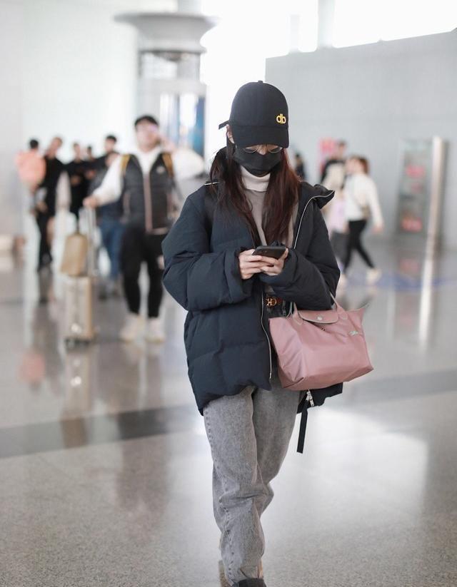陈钰琪穿羽绒服,配雪地靴,造型真是接地气