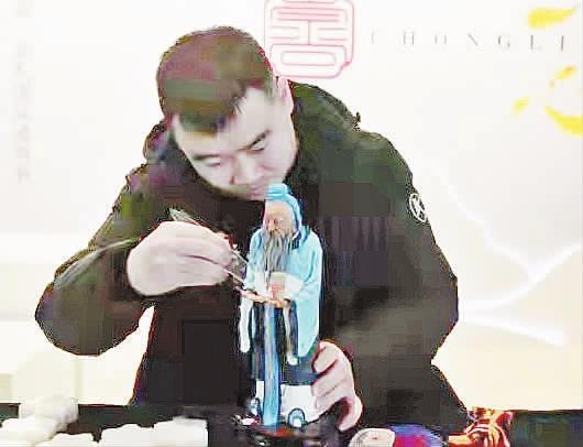 张龙:面团捏出儿时英雄梦