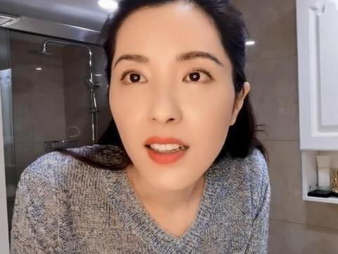曾黎分享在线卸妆视频,仿佛只卸了口红,完全不想44岁的状态