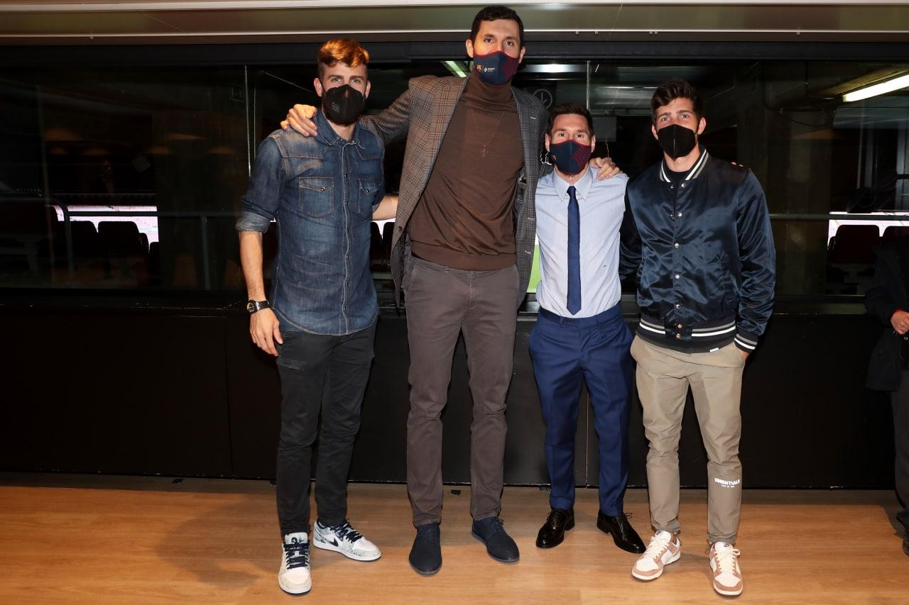 巴萨官推晒皮克、梅西、罗贝托和篮球队米罗蒂奇合影