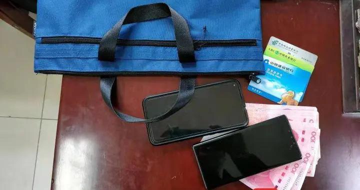 乘客丢失重要文件袋及两部手机  603路驾驶员及时寻回