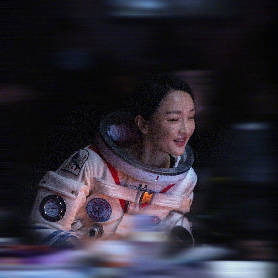 周迅经纪公司曝光两张周迅宇航服造 周公子发美照……
