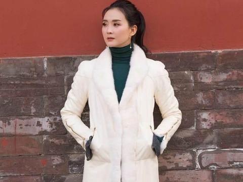 王艳优雅在骨子里,毛绒外套配阔腿裤显气质,这高级感阔太中少见