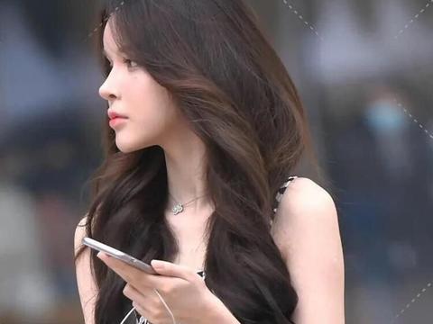 条纹吊带连衣裙,清新美丽,配上白色马丁靴,更显成熟气质和魅力