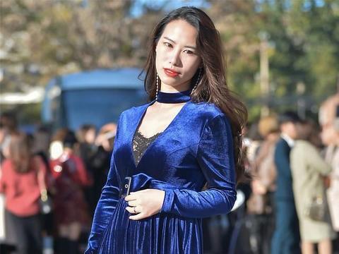怎样选择秋装?美丽的宝蓝丝绒连衣裙,暖和而高雅