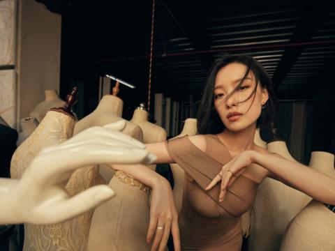 倪妮工作室曝最新美照,魅力绽放。