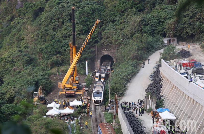 工程人员3日出动大型吊车,要将卡在隧道内的车厢拖出。图自台湾联合新闻网