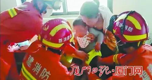 厦门一男童被困婴儿椅 消防配合巧施救