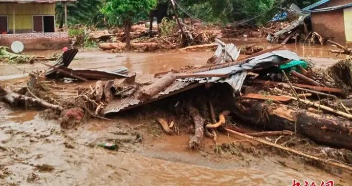 印尼弗洛雷斯遭遇山洪 灾后村庄一片狼籍