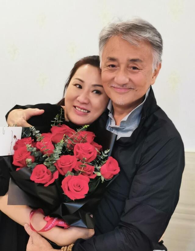 61岁吴岱融为爱妻庆生,头发花白似两代人,亿万家产全交给对方