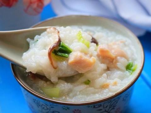 别总煮白米粥了,加入鸡肉和香菇,不仅味道鲜美,营养也很丰富