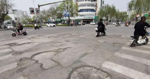 八一路与金银路交叉口路面遍布坑洼 市民呼吁维修