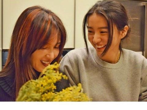木村光希给51岁工藤静香庆生,母女似姐妹,妈妈年轻还是女儿显老