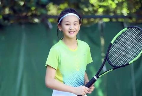 田亮13岁女儿打网球,穿绿T白裙青春洋溢显活力,十足清新美少女