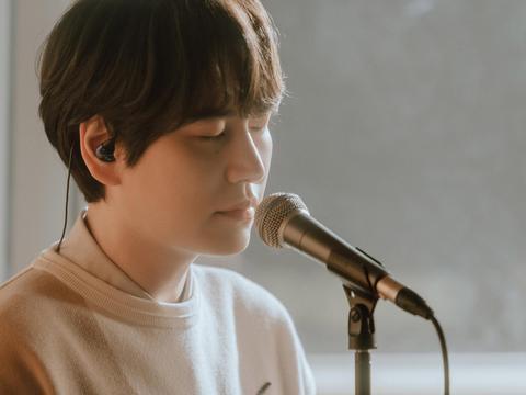 圭贤将在今天下午7点公开春季单曲《Coffee》现场演唱视频!