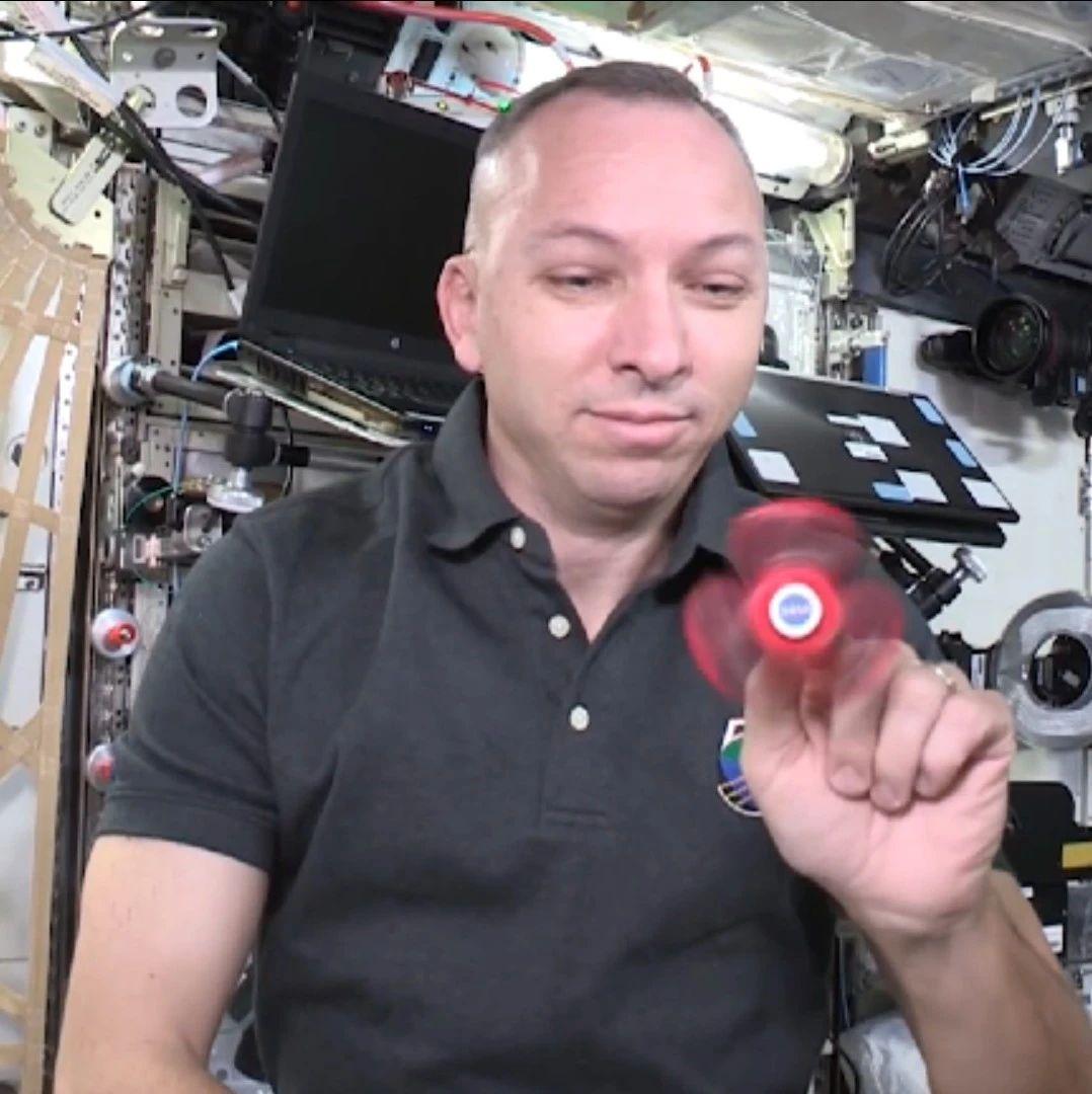 指尖陀螺在太空里怎么转?宇航员玩儿给你看