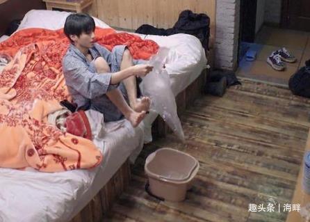 王俊凯为什么要套着塑料袋来泡脚?网友们都笑了
