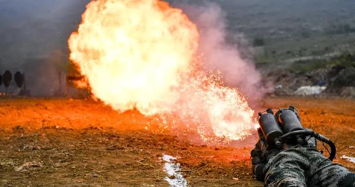火龙出击,多角度实拍喷火兵训练瞬间