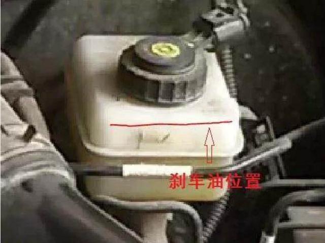 汽车出现这四种情况,说明刹车油该换了!