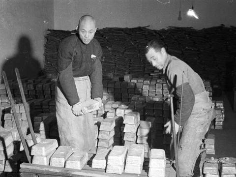 民国老照片 40年代的上海造币厂 硬币就是这样造的
