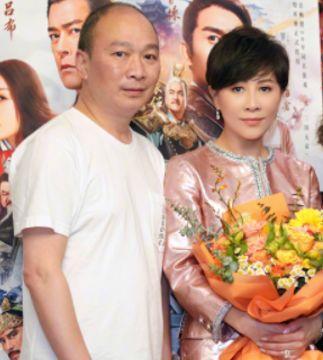 55岁刘嘉玲晒全家福长腿抢镜,妈妈最白弟弟老太多,梁朝伟未出镜