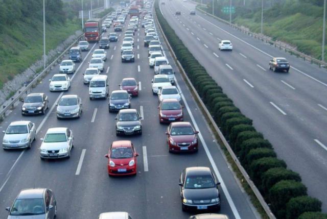 高速行车有4个不允许,老司机:记好了,一不注意可能车毁人亡(图4)