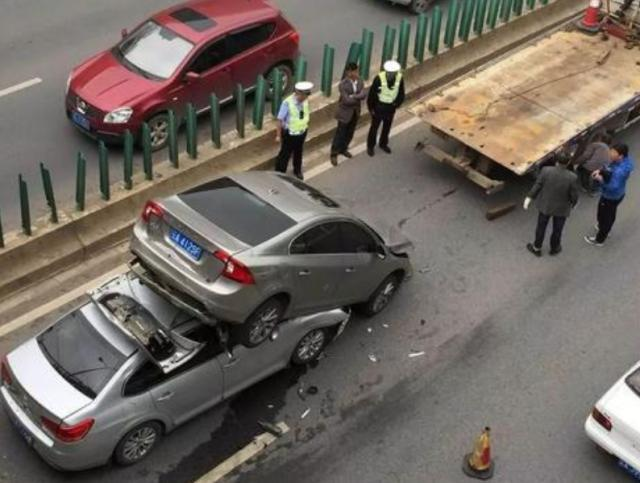 高速行车有4个不允许,老司机:记好了,一不注意可能车毁人亡(图3)