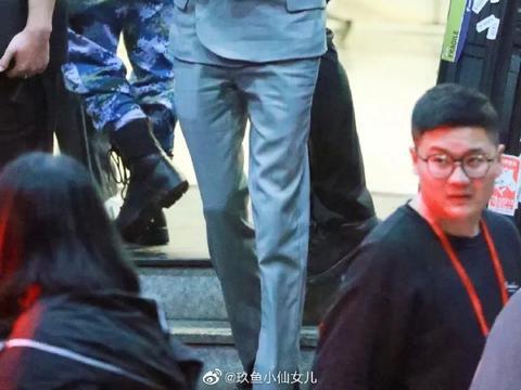 王俊凯下班照穿蓝色西装和双手插袋有霸道总裁范了!