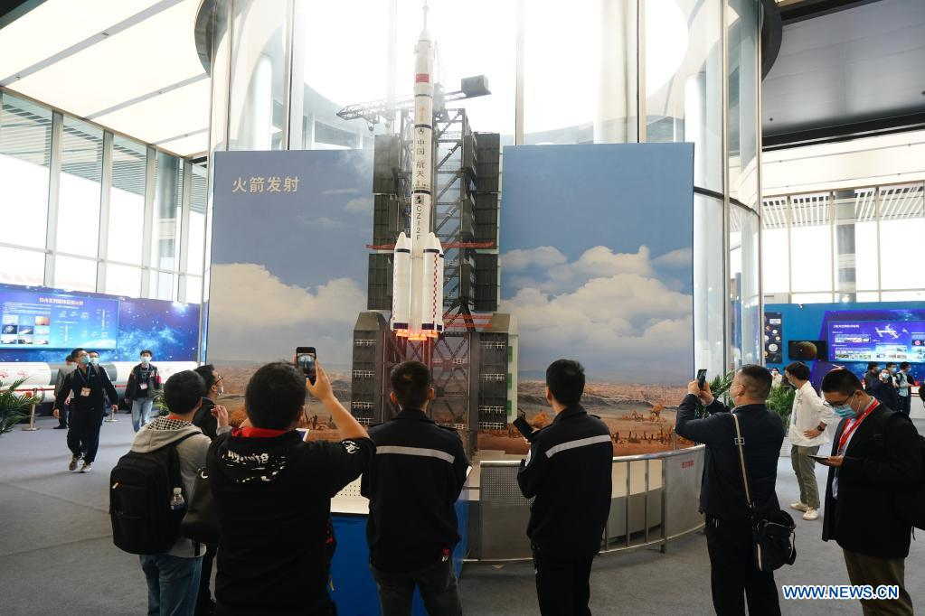 Visitors view a simulated rocket launch during the 2021 China Space Conference in Nanjing, east China's Jiangsu Province, April 24, 2021. The 2021 China Space Conference is held in Nanjing from April 23 to 26. (Xinhua/Ji Chunpeng)