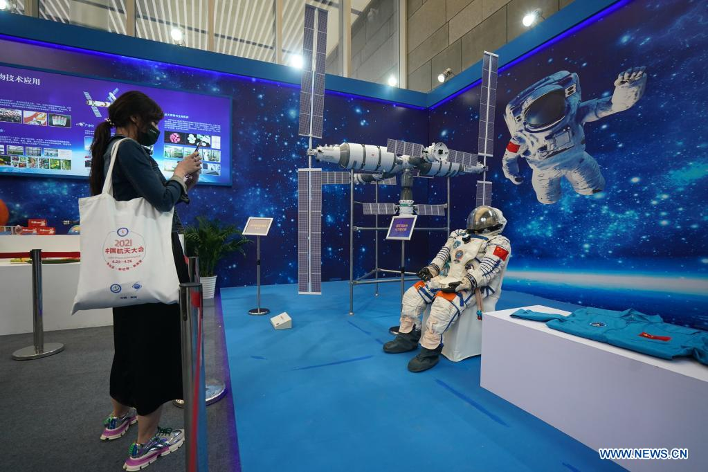A woman visits an exhibition featuring space science and achievement during the 2021 China Space Conference in Nanjing, east China's Jiangsu Province, April 24, 2021. The 2021 China Space Conference is held in Nanjing from April 23 to 26. (Xinhua/Ji Chunpeng)
