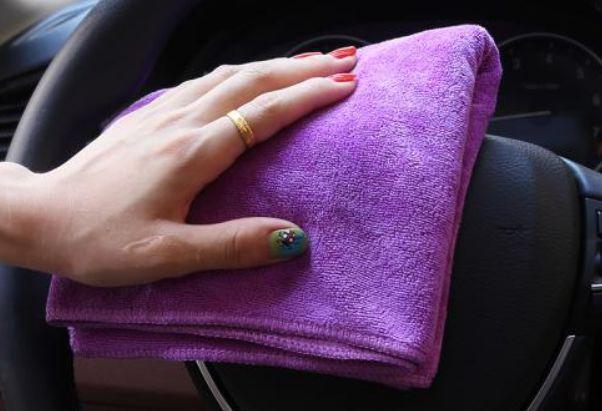 为何很多老司机都喜欢在车子里放毛巾?知道作用后,我也放了一条