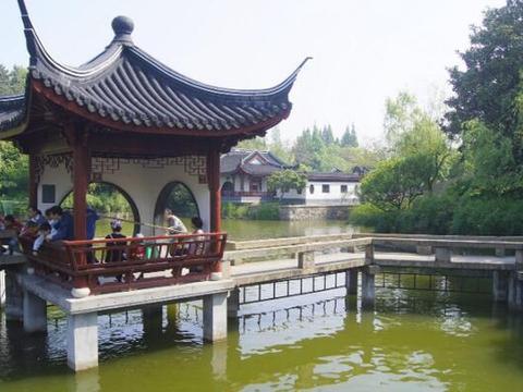 上海有一处公园:名曰古华公园,占地150亩,是一座五星级公园