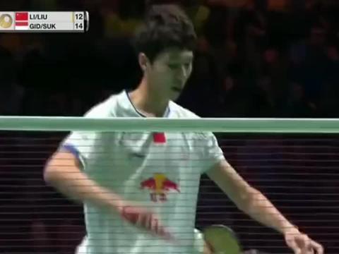 羽毛球刘雨辰分球转移,这球双方都做到了极致,李俊慧敏锐抢网!