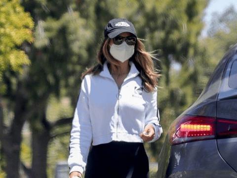 艾莎·冈萨雷斯穿白色运动衣搭无痕裤,展现完美身材,健美时尚!