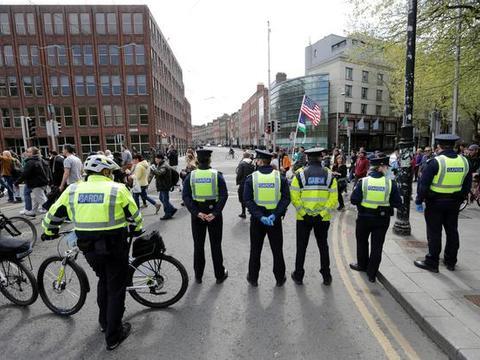 爱尔兰人民劳动节闲不住,昨天有数百名抗议者在都柏林街头游行