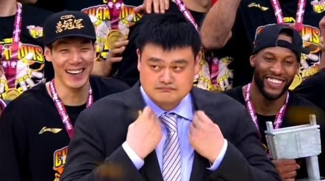 广东夺冠姚明为什么不开心 姚明黑脸图片接二连三
