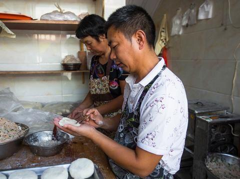 夫妻俩在横店影视城卖特色小吃,1块5一个,成龙李连杰都是常客