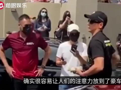 46岁吴彦祖驾豪车现身,与众人示威游行,却遭到网友炫富质疑