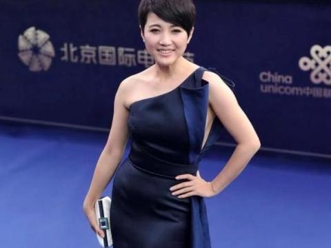 颜丙燕穿黑色紧身裙,腰部小腹凸出明显,却只有性感没有赘肉感