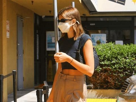 凯雅·杰柏黑色短上衣搭驼色长裤,身段太苗条,时尚潇洒太迷人!