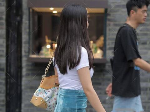 简单的穿搭同样可以穿出时尚感,蓝绿色连衣裙清新自然,层次分明
