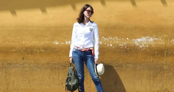 央视主持刘芳菲出游,白衬衣配牛仔裤秀长腿,丝巾当腰带好优雅