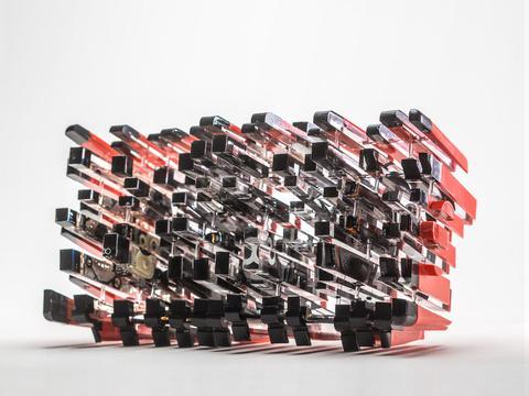 灵感来自于量子力学,艺术家把普通物体解构成碎片雕塑