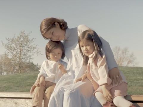 37岁钟嘉欣一家牵手同框,夫妻俩同款短卷发,母女贴脸依偎似姐妹