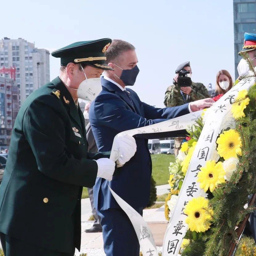 当年被炸的中国大使馆前,现在摆满了鲜花
