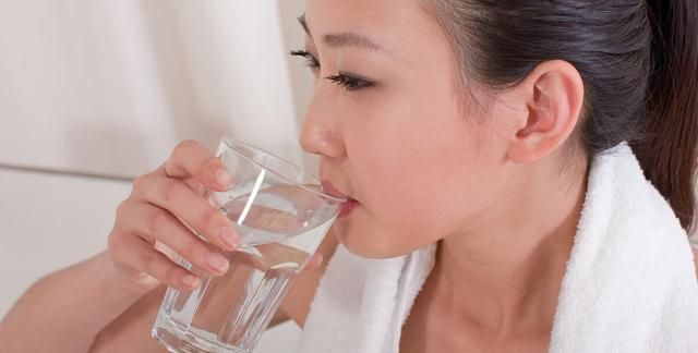 """隔夜水、千滚水对身体有害?其实是""""这种水"""",不少人喜欢喝"""