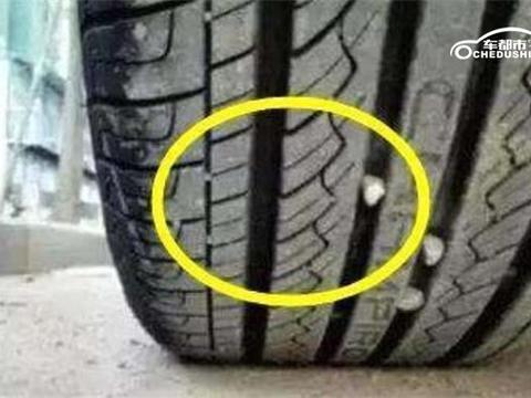 车都市汽车养护专家:卡在轮胎缝里面的小石子要及时清理