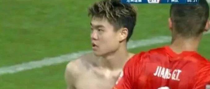 评论:沪媒讽杨立瑜脱衣庆祝不雅 海港球员叫霸气